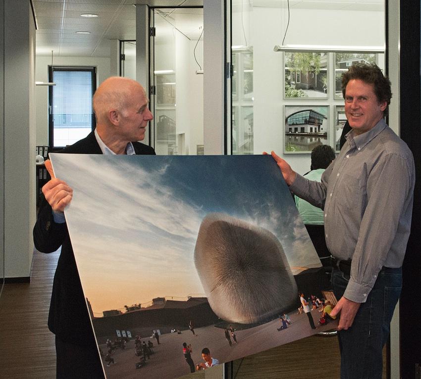 Architectuurfotograaf Henk Schuurmans van DAPh reikt het fotopaneel uit aan architect Paul Breddels